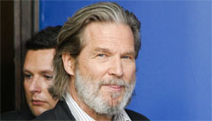 Jeff Bridges handed out food to homeless people after the Golden Globes