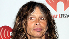 Steven Tyler fell in the shower, knocked out 2 teeth, is back onstage already