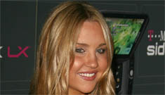 Amanda Bynes wandered around a tanning salon naked, calls herself a multi-millionaire
