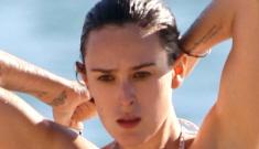 Rumer Willis in a retro bikini   in Hawaii: super-cute & better than expected?