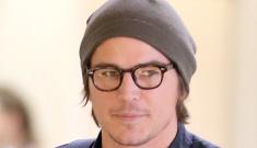 Josh Hartnett, 34, wears stonewashed skinny jeans at LAX: would you hit it?