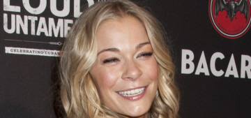 LeAnn Rimes checked her Twitter in between every song during a Vegas concert