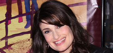Idina Menzel has a wardrobe malfunction, gets it handled and keeps on singing