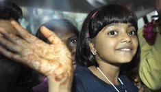 Slumdog kids get heroes' welcome in Mumbai, return to slums temporarily
