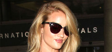 Rosie Huntington-Whiteley changes on the plane to look fashionable in photos