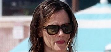Jennifer Garner wore a mask on the beach because she's a decent human being