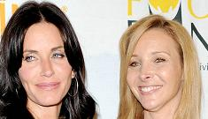 """Lisa Kudrow plays """"Smelly Cat"""" at charity event"""