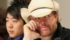 """Did Toby Keith make """"slant eyes"""" at the Nobel Peace Prize party?"""